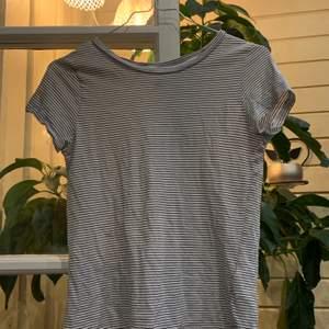 Fin, randig t-shirt i storlek XS. Säljs då den är för liten för mig:/ Kostnaden ligger på 20kr + frakt:))🤍