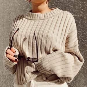 Supermysig stickad tröja, perfekt nu till våren eller lite kyligare sommarkvällar!🌸 Oversized passform, skulle säga att den passar en xs-m beroende på hur man vill att den ska sitta. :) I princip aldrig använd, därav precis som ny.