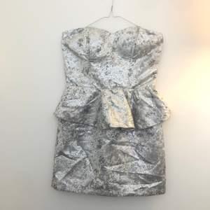 Skitfin cocktailklänning perfekt till sommarn. Glänser silvrigt och har en guldigdragkedja på ryggen.⚡️🧡storlek S, liten i midjan. Säljer pga att den är för liten i midjan. Ser ny ut🤩. 150+frakt