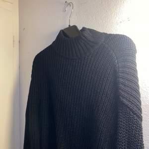 svart stickad tröja. Stolek s. 100kr frakten ingår.