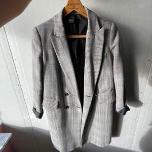 En kappa från zara använd ett fåtal gånger, nypris: 400kr säljs för 200kr storlek s
