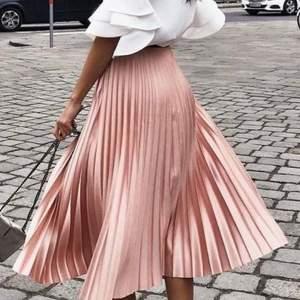 Jättefin glans rosa kjol!! Frakt tillkommer🤍🤍