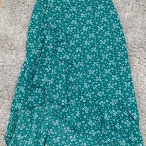 En grön kjol med blommor på från Cubus. Perfekt till sommaren! I storlek 34 men passar till 36 också.