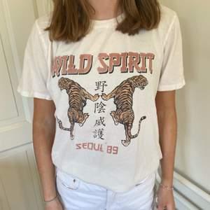 """Jätte bra skick, använt några gånger, på framsidan av tröjan står det """"wild spirit"""" och har två tigrar på sig. 150kr+frakt"""