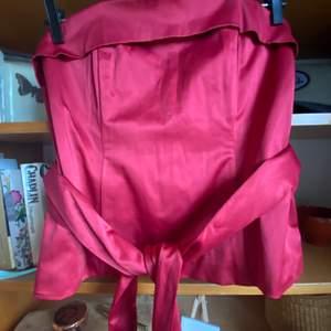 Röd satin korsett med knytning i samma material och färg