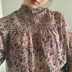 Säljer denna fina blus från Gina Tricot som inte kommit till använding❤️använd fåtal gånger! Frakten ingår inte i priset utan tillkommer!
