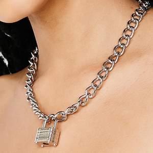 såå cool chain necklace fårn dollskill! 😍 du låser upp med en nyckel, medföljer 2 st! frakt 22 kr