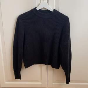 Superfin stickad svart tröja från Monki i storlek XXS 🖤🖤 Tröjan har ballongärmar. 50% Bomull och 50% Akryl. Tröjan är i jättefint skick och är endast använd en gång! Samfraktar gärna med andra plagg och betalning sker via Swish 🥰