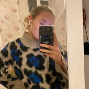 Säljer en leopard tröja i blått! Använt några gånger men fortfarande bra skick💕