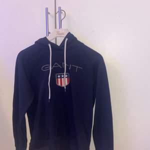 En marinblå gant hoodie i stl S, passar även XS.