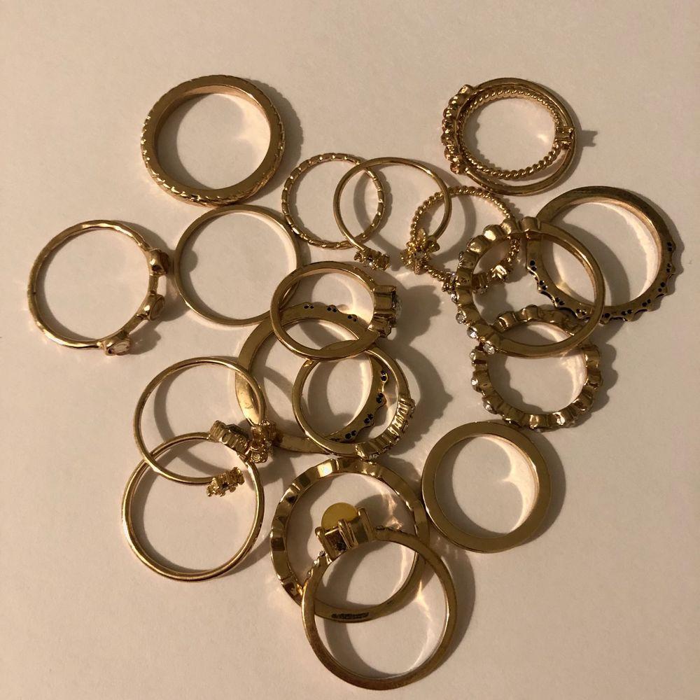 19 styckna olika ringar, några har jag använt 1 gång och några andra 3 gånger. Använder inte ringar så tänkte sälja dom.. Accessoarer.