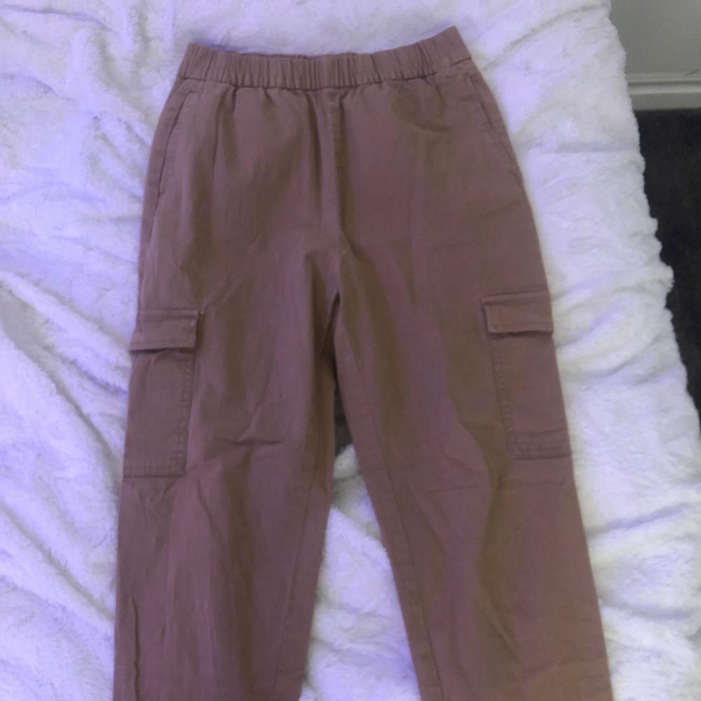 """Säljer dessa """"kostymbyxor"""" från H&M. Aldrig kommit till användning. Sitter bra på. Har två fickor nere vid benen. . Kostymer."""