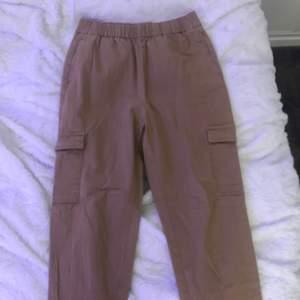 """Säljer dessa """"kostymbyxor"""" från H&M. Aldrig kommit till användning. Sitter bra på. Har två fickor nere vid benen."""