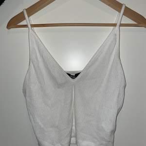 Ett tunt vitt luftigt linne från Bokbok i bra skick. Storlek M.