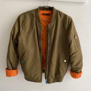 Bomberjacka i snygg färg, grön och orange.