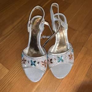 Helt oanvända klackskor, väldigt fina och väldigt bra för dig som gillar att ba skor som har glitter och stenar på, frakt tillkommer