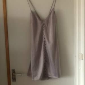Kan använda som vanlig klänning med. Från missguided. I fint skick men knappt använd. Storleksmässig passar S-M. Mått 57-58 cm. Betalning sker via swish.