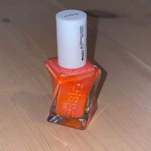 Ett nagellack från Essie i färgen 210. Coral färg.