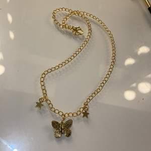 Superfint halsband med en fjäril och stjärnor. Inte äkta guld. Justerbart då man kan fästa i vilken ögla som helst. Frakt på 12kr tillkommer. 💕