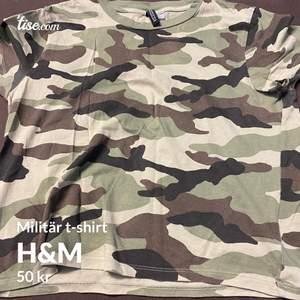 En väldigt fin militär t-shirt i skön material , från H&M divided💚