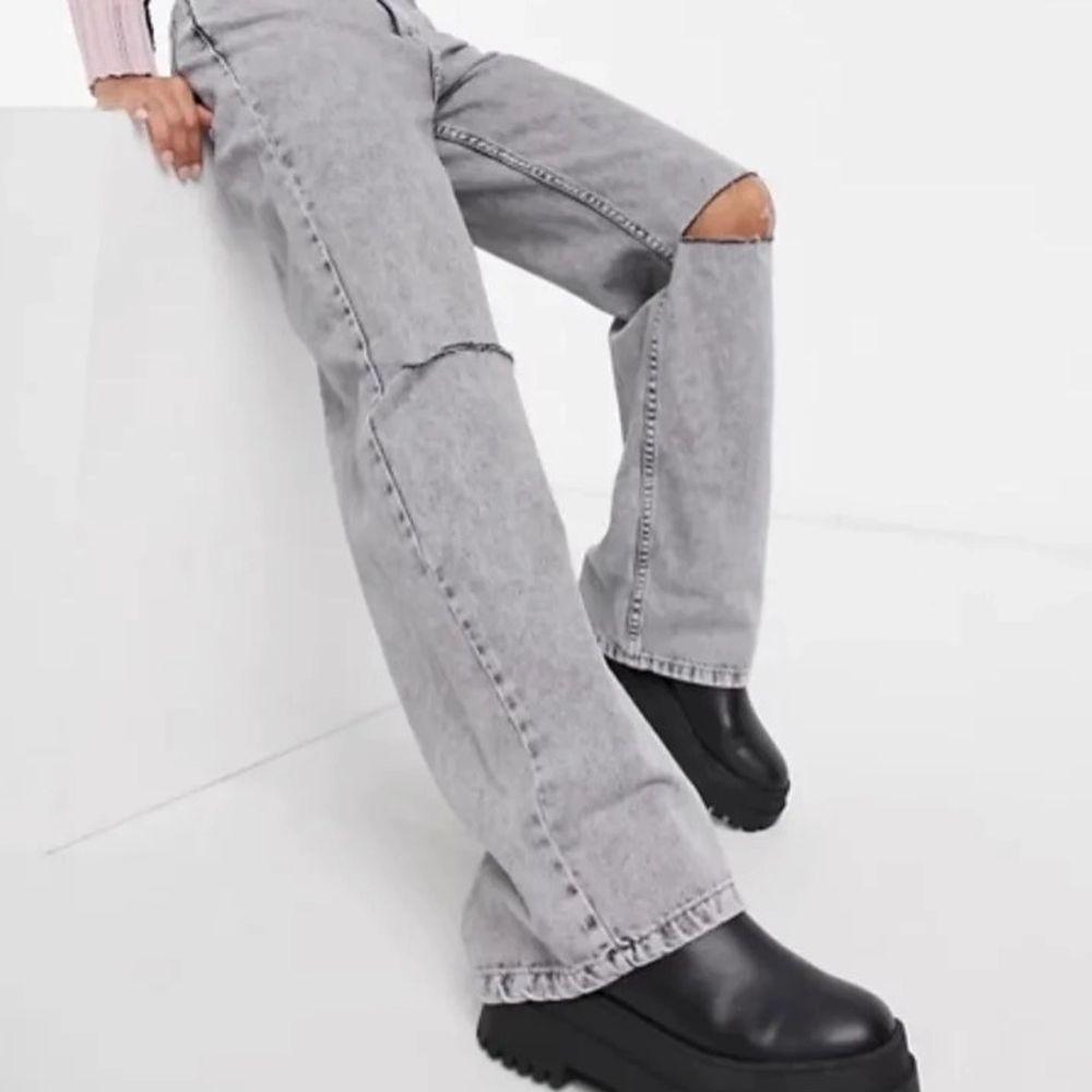 Grå bershka jeans med hål på knäna, storlek 32 och jag har klippt av de för att passa någon som är runt 160, pris går att diskutera.. Jeans & Byxor.