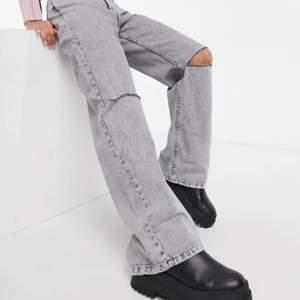 Grå bershka jeans med hål på knäna, storlek 32 och jag har klippt av de för att passa någon som är runt 160, pris går att diskutera.