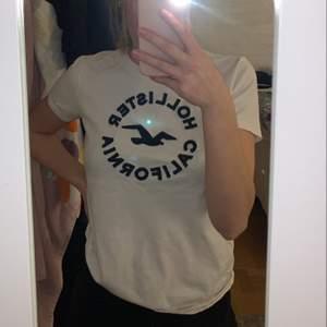 Supersöt T-shirt ifrån Hollister, storlek S. Knappt använd🤍
