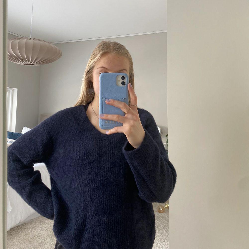 Fin mörkblå v-ringad stickad tröja. Stickat.