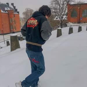 ❗️❗️❗️INTRESSKOLL❗️❗️❗️ Vintage varsity jacka från 1980-talet, läder armar! Sitter oversized!  Kom med bud privat eller kommentera! Bud ligger på: 550kr