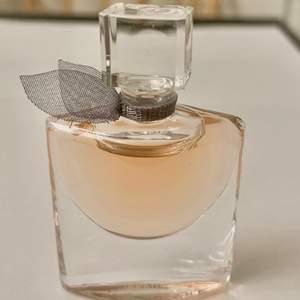 Miniatyr alltså en liten flaska, 4 ml EDP.
