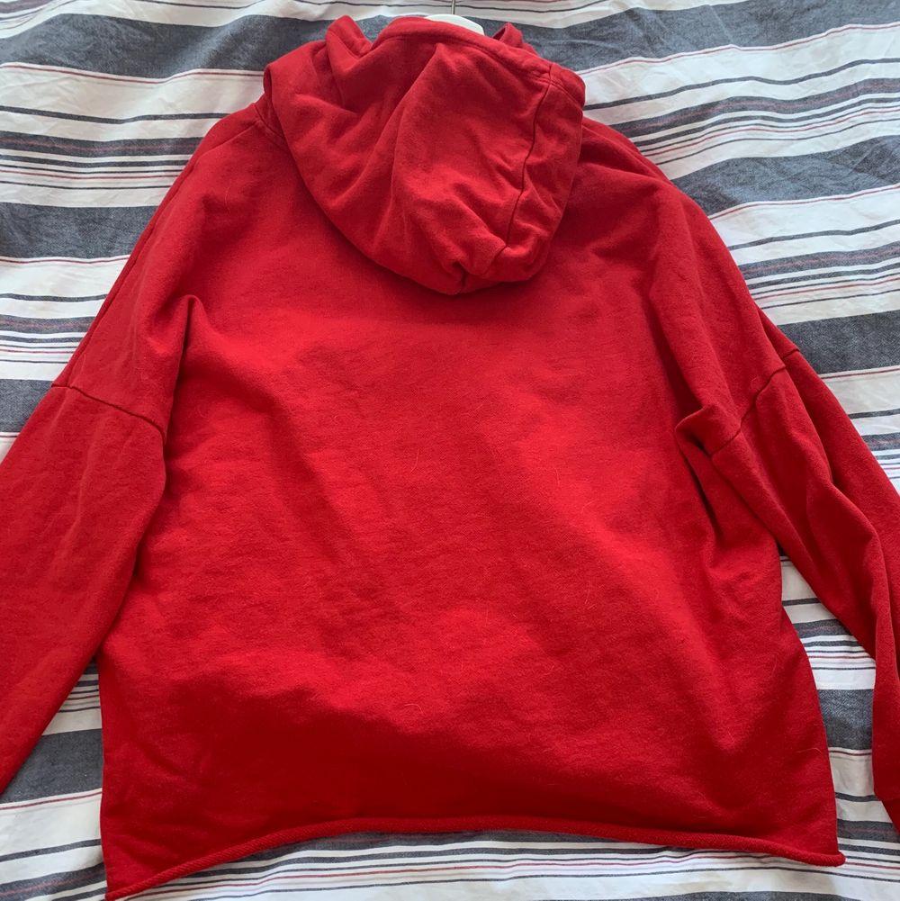 Köpte på en secondhand butik, men den kommer från hm. Den är i storlek L💕. Huvtröjor & Träningströjor.