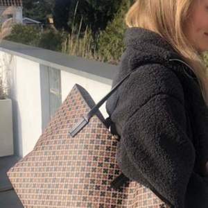 Superfin Malene Birger väska som är sparsamt använd och i nyskick. Väskan har en innerficka och en nyckelring på framsidan. Nypris: 2299kr