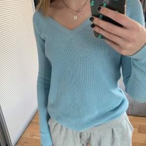 Fin stickad tröja från vero Moda som är lite använd, den är väldigt skön och lång i armarna, man kan ha den off shoulder på ena axeln eller bara vanligt, den är lite mer turkos än på bilderna!