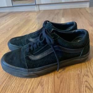 Säljer mina svarta old skool vans för att se inte kommer till användning längre. Lite slitna och så men fortfarande väldigt fina. Frakt tillkommer 🌱🍄