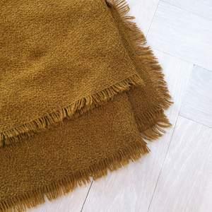 Orange brun sjal som man kan ja både runt halsen och runt axlarna. Otroligt mjukt material. Sjalen är från &OtherStories.🤩😍Kontakta vid intresse och följ mig för fler kläder från &OtherStories😇
