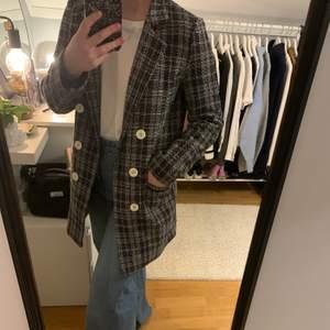 Svartvit kappa från New Look i använt skick. Köpt förra året för 599. Går ej att stänga. Två fickor framtill. Något liten i storleken.