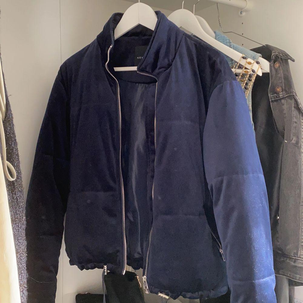 Bomberjacka i mörkblå sammet. Storlek S / köparen står för frakt. Jackor.