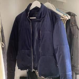 Bomberjacka i mörkblå sammet. Storlek S / köparen står för frakt