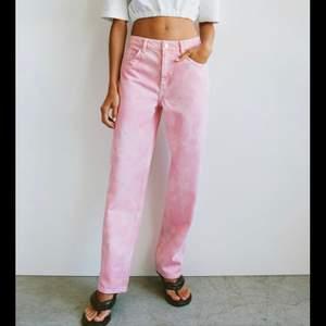 Snygga jeans från zara som är helt oanvända. Säljer då dom va förstora o glömde skicka tillbaka💗 frakten ingår