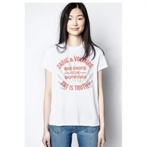 Säljer min nästan helt oanvända äkta zadig tröja som jag köpte för 1 200kr i zadig & Voltaire butiken i Stockholm!! Skriv privat för fler egna bilder på plagget💞💞💞buda i kommentarsfältet över 350kr