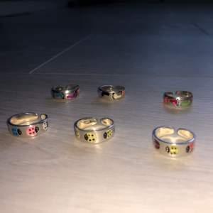 Justerbara ringar!                                                          I äkta silver!                                                                        Med olika motiv. Funkar både som fingerringar och tåringar.                                                                            Det är ett begränsat antal så passa på medans det finns kvar!                                                                        Pris:69kr styck eller 2 för 110kr                                        Såklart helt nya!!