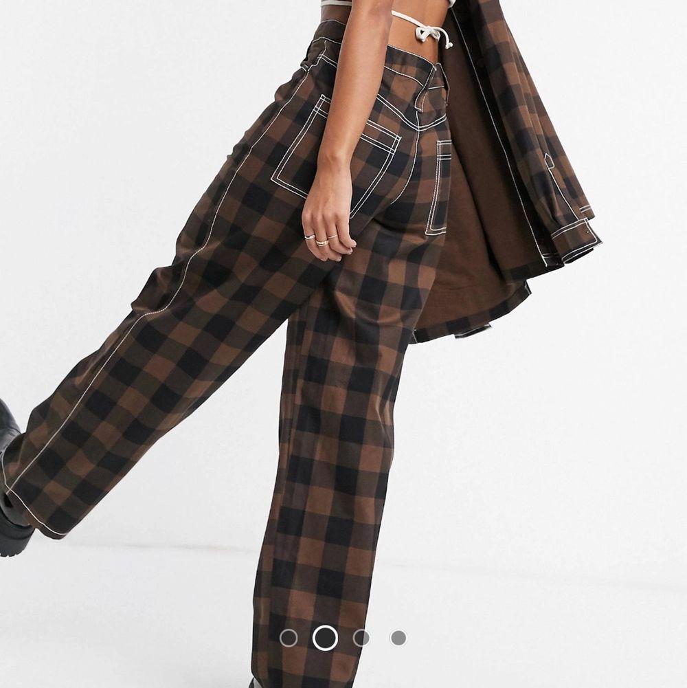 säljer dessa asballa kostymbyxor ifrån collusion! aldrig använda utan endast testade. säljes pga för stora! orginalpris: 349kr. gratis frakt 📦🤎. Jeans & Byxor.