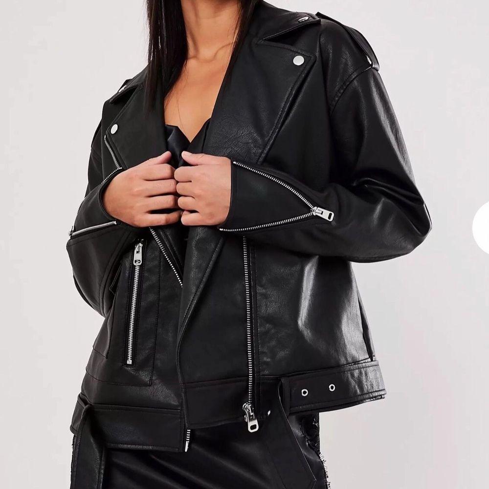 """""""Tall black faux leather boyfriend biker jacket"""" från Missguided i storlek 40.  Helt oanvänd. Köparen står för frakten.. Jackor."""