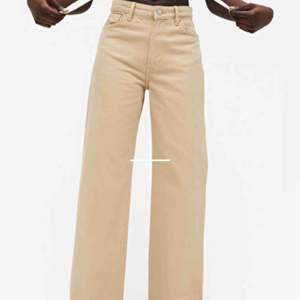 Jeans från monki i modellen Yoko i fint skick! Så snygga strl 24💓 skriv för flera bilder! Bud från 100