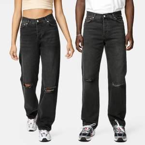 Svarta/gråa jeans från junkyard med slitningar, sköna och passar mig perfekt som är 164cm💖skriv för fler bilder! Köpta för 500