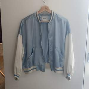 Ljusblå bomber jacka från pieces. Orginpris: 500kr. Aldrig använd. Väldigt tunn. 100% polyester.