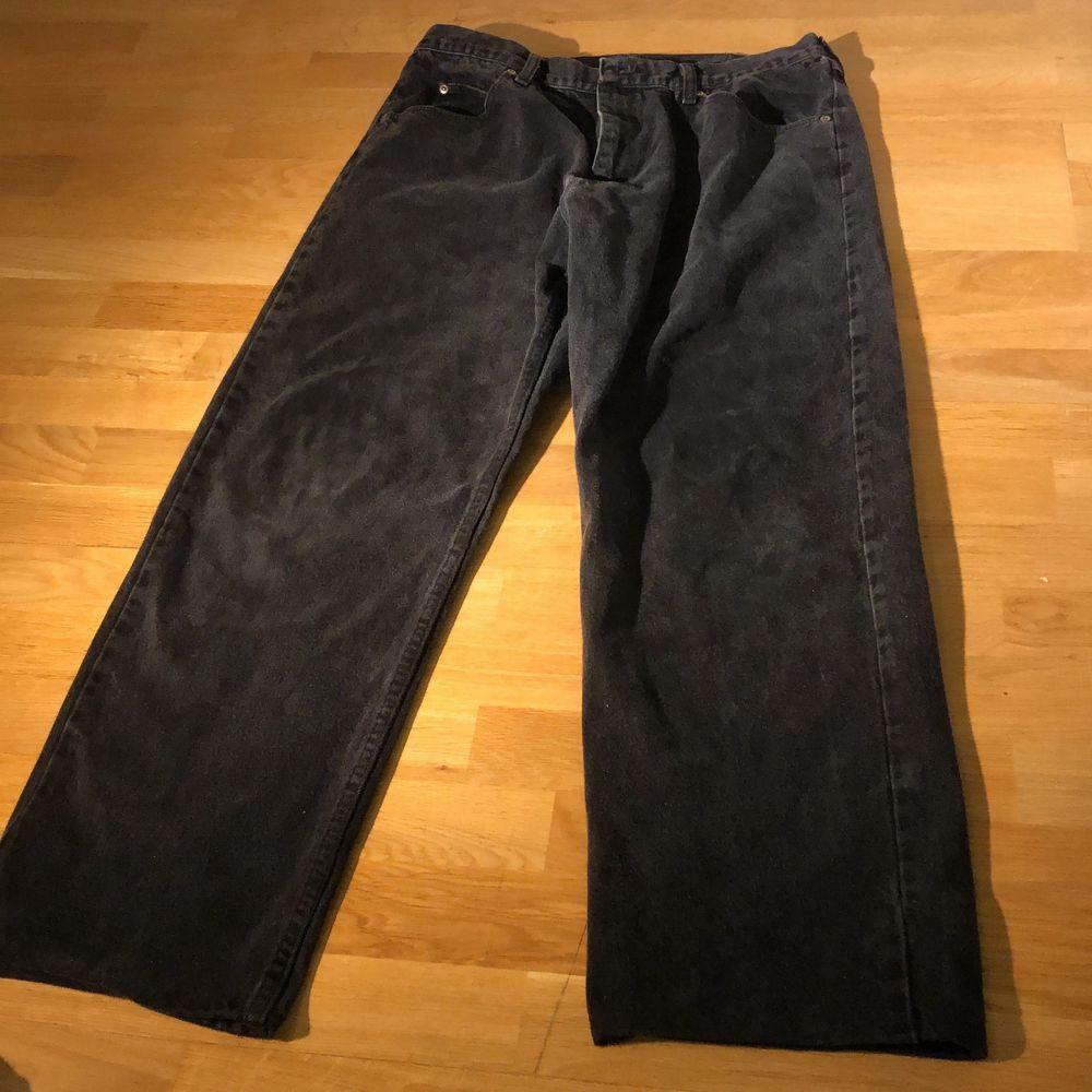 Säljer baggy jeans från Wrangler i storlek L. Står inga mått men skulle gissa på att det är W34 och så är de uppsydda perfekt för att vara mellan 170-185cm lång. Köpta på secondhand så säljer för endast 149kr men pris kan diskuteras!. Jeans & Byxor.