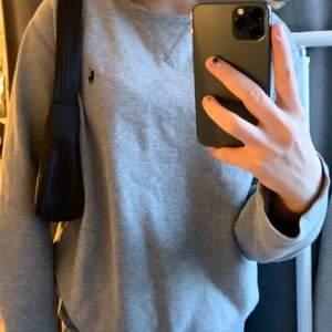 Säljer denna fina Ralph lauren tröja då den inte kommer till användning❤️                                               Är i barn storlek men passar xs-m skulle jag säga❤️       Köpt för 500 men säljer för 100+ 24kr frakt🥰🥰