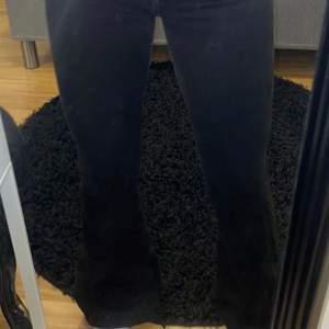 Säljer mina svarta bootcut jeans ifrån märket Crocker. Säljer pga att dom är för små på mig och de har endast använts ett fåtal gånger därför är dom i topp/nyskick. Normalhögmidja.