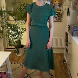 Jättefin klänning från & Other Stories. Använd en gång. Storlek 32 men mer som en 34 skulle jag påstå.